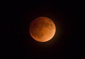 Dnes nás čaká najdlhšie zatmenie Mesiaca v tomto storočí. Ako tento jav dokonale odfotiť?
