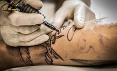 Tetovanie nepodlieha žiadnej regulácii, Európska únia to chce mať pod palcom