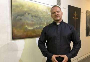 Kňaz, spevák, bojovník a maliar v jednom? Presne tak! Volá sa Martin, žije v Prešove a reprezentuje Slovensko po celom svete