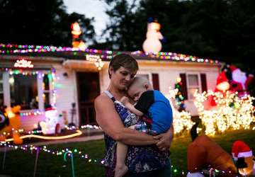 Len dvojročný chlapček sa kvôli vážnej chorobe nedožije Vianoc. Rodina i susedia mu ich preto pripravili už teraz