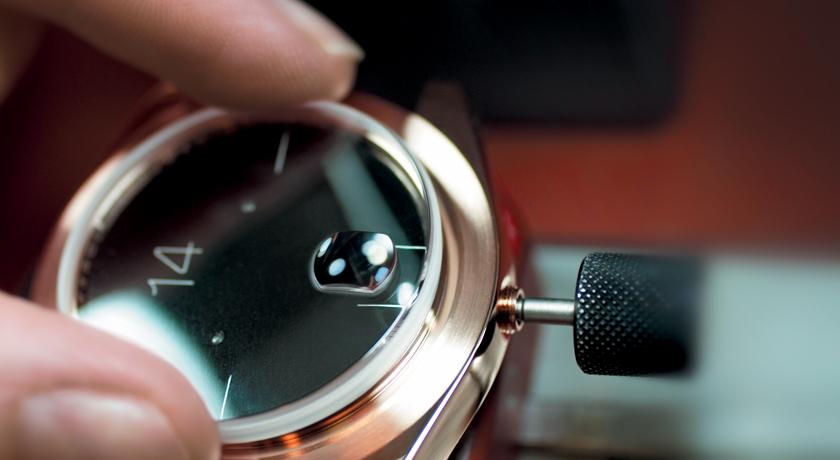 Colocación de una mica a una caratula de un reloj con detalles dorados
