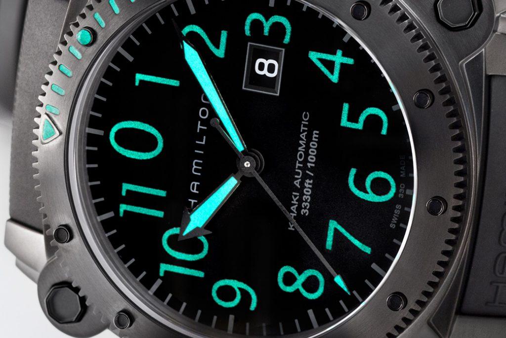 Reloj Hamilton en color negro con los números en verde fosforescente