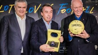 Ricardo Guadalupe, Emilio Azcárraga y Jean-Claude Biver de traje sosteniendo el estuche con el reloj y un balón del América