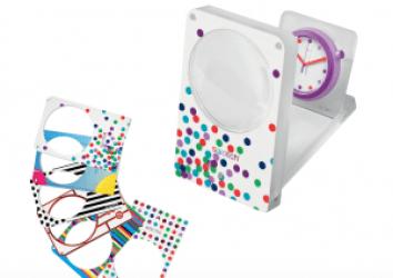 Reloj de mesa Swatch en color blanco con detalles en diferentes colores