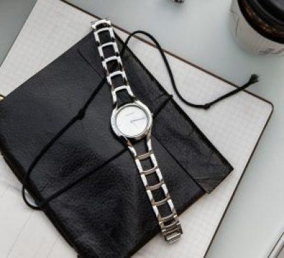Reloj Calvin Klein esqueletizado en color plateado con el dial en color blanco