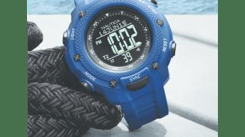 Reloj Nautica Yachtimer en color azul con detalles grises junto a una cuerda negra