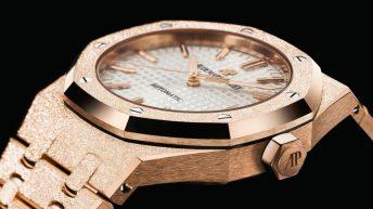 Caratula del reloj de oro con detalles en color blanco