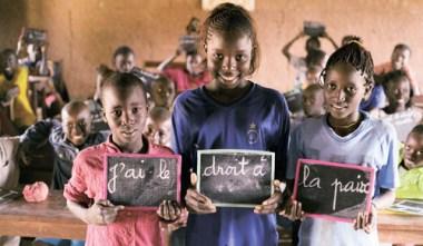 Niños con pizarrones negrosnc a favor UNICEF