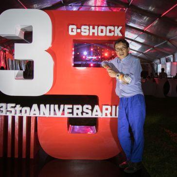 35 aniversario G-Shock con un hombre vestido de azul al lado