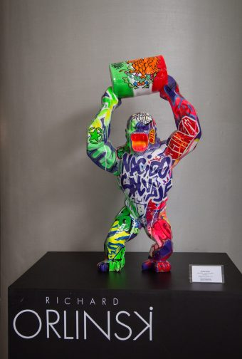 Escultura multicolor de Richard Orlinski