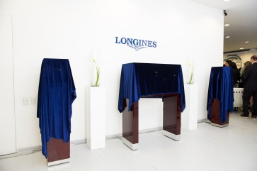 """Mostradores tapados con mantas azules en evento longines del estreno de """"Back to the future of Quartz"""""""