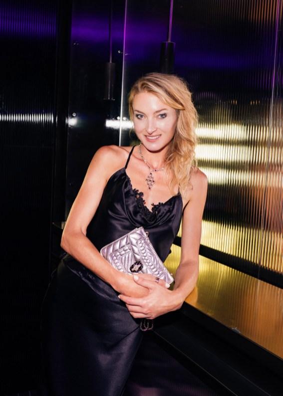 Mujer con bolso en BGLAM Milan Fashion Week