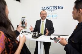 """Presentador entrevistado con celulares en evento de Longines en el estreno de """"Back to the future of Quartz"""""""