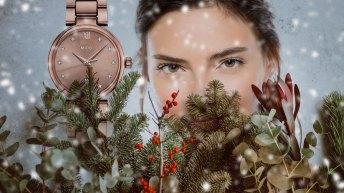 Mujer acompañada de regalos navideños y un reloj de lujo, relojes finos para ella
