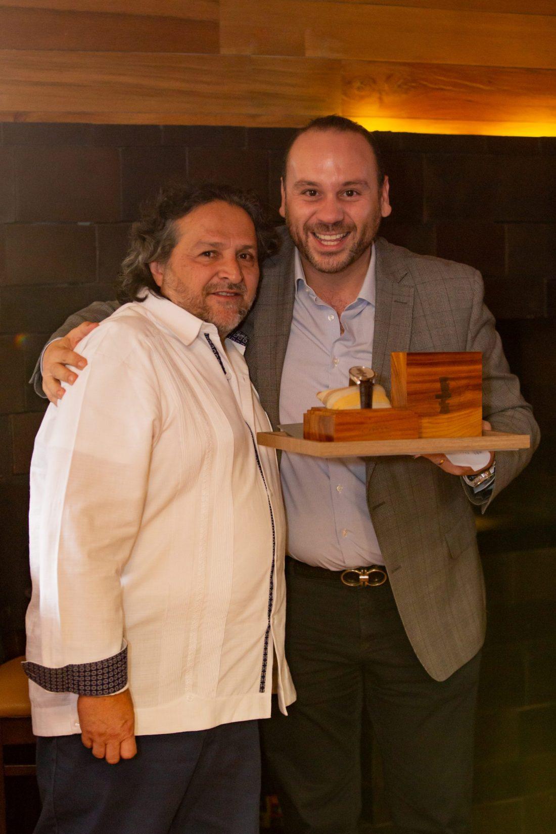 Adán Paredes y David Weber mostrando en su estuche de madera el reloj Oris Artix