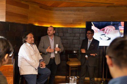 Adán Paredes y David Weber hablando frente a las personas