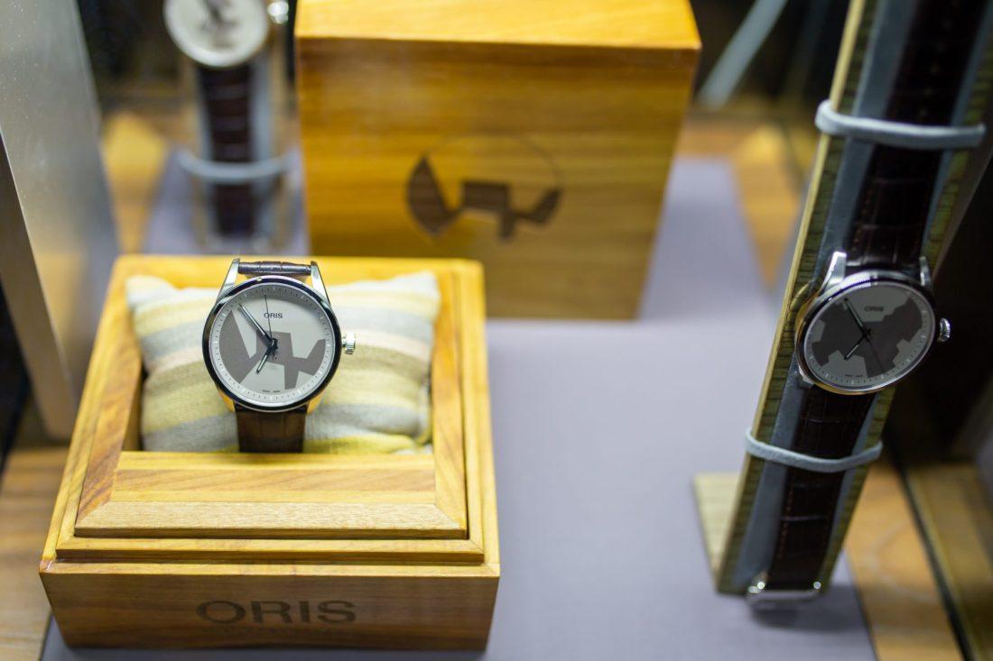 Reloj Oris Artix dentro de una pequeña caja de madera acolchonada