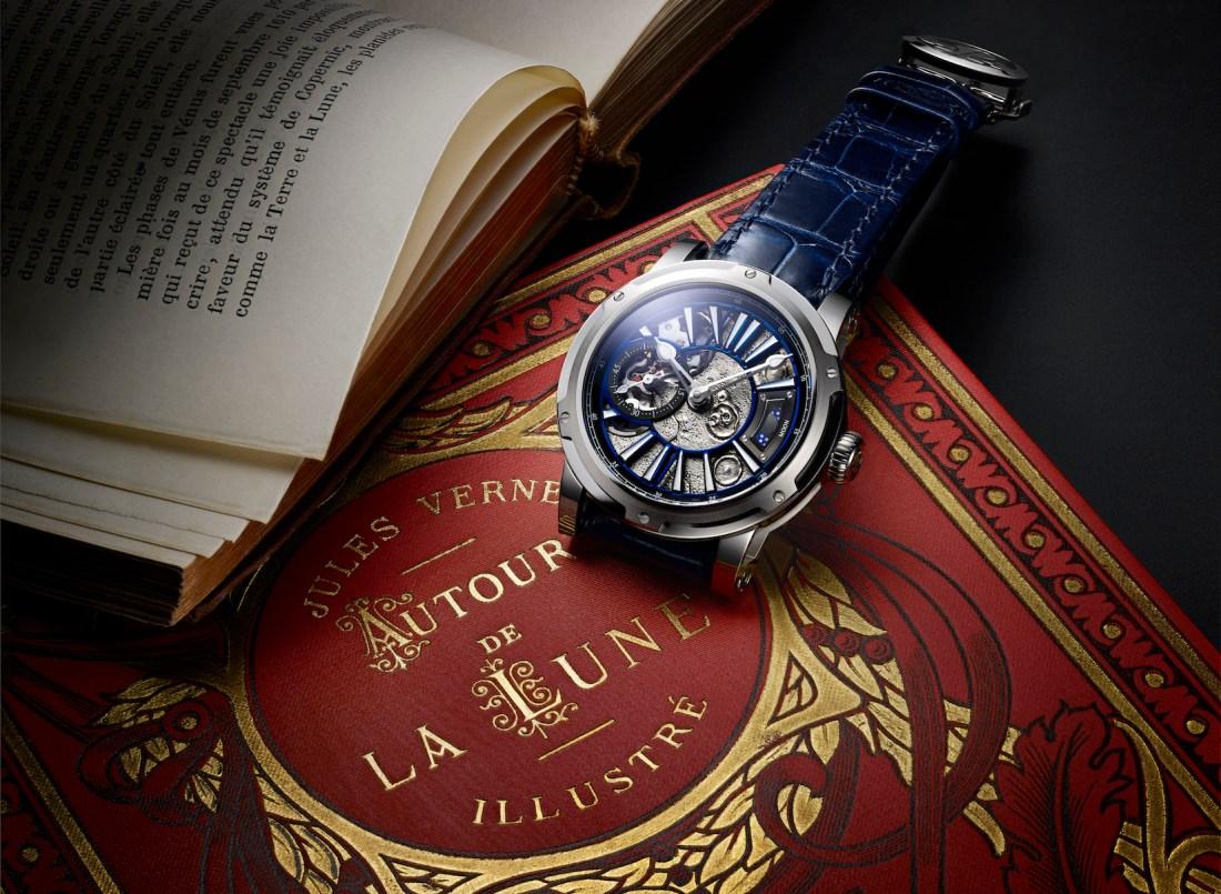 Reloj Mars en color azul con detalles en plateado y blanco sobre un libro