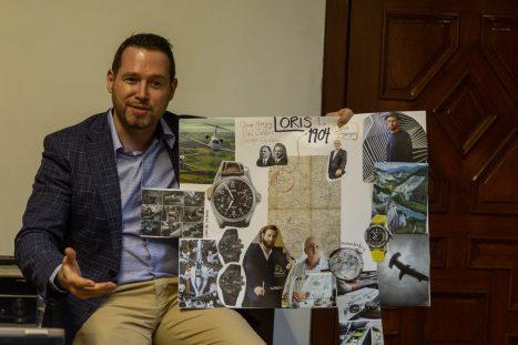 David Weber Director regional de Oris sentado con un cartel en la mano