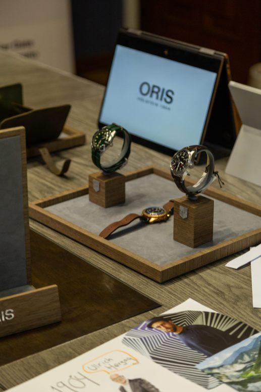 Demostración de diferentes relojes sobre una mesa