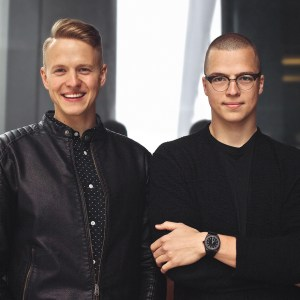 Hermanos Loreti con ropa en color negro