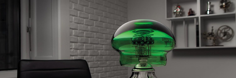 Reloj medusa en color verde sobre una mesa blanca