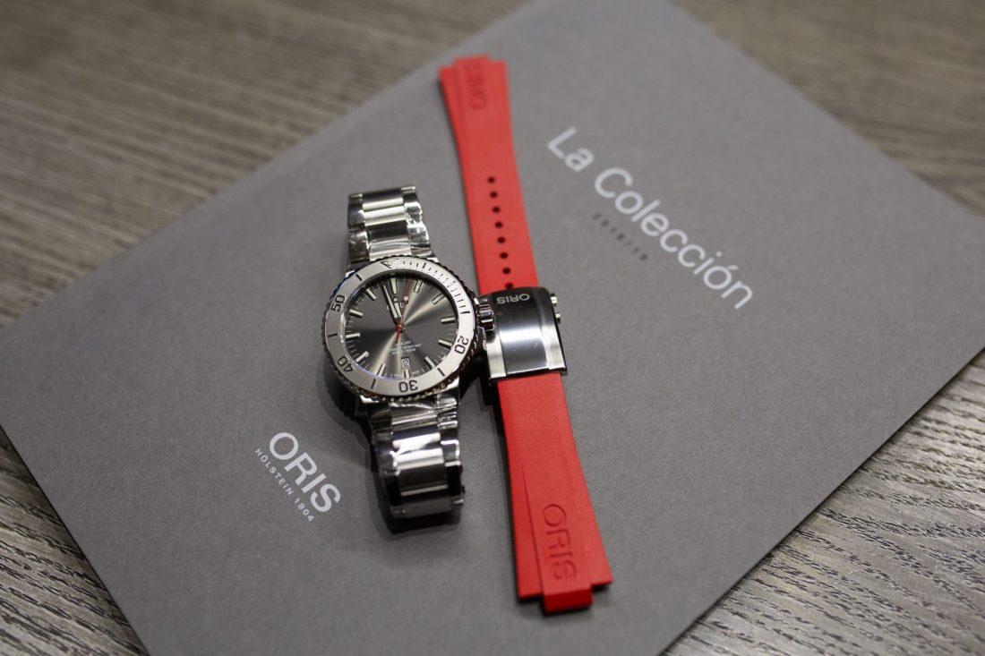 Reloj Oris en color negro con correas intercambiables en color rojo