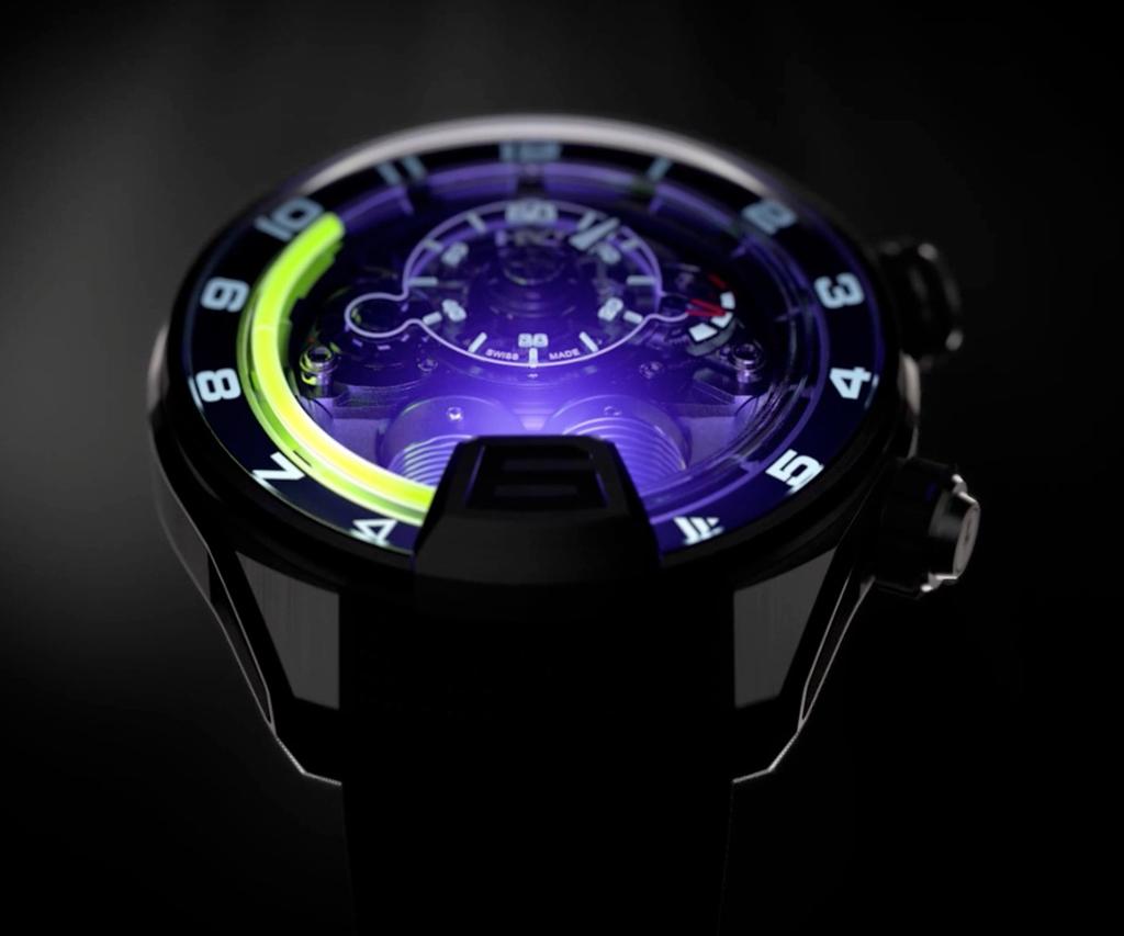 Reloj con líquido HYT y una luz morada visto en la oscuridad