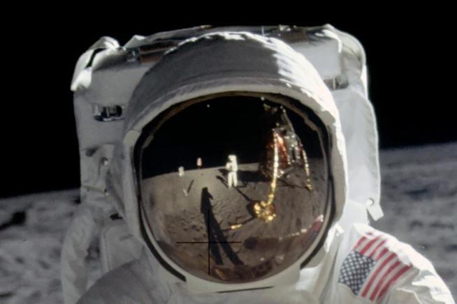 Astronauta en la luna con traje especial en color blanco
