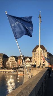 Bandera en color azul y casas al rededor