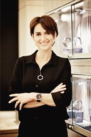 Delphine Favier con blusa negra cruzada de manos y usando un reloj