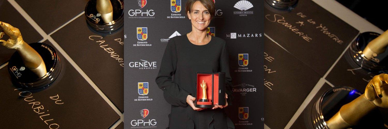 Delphine Favier vestida en color negro con un premio en las manos