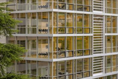 Vista del edificio omega con grandes ventanas y estructura en color blanco