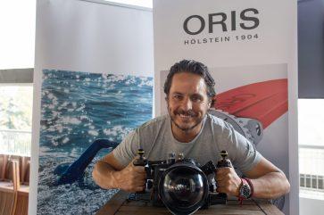 Gerardo del Villar con su cámara sobre una mesa de madera