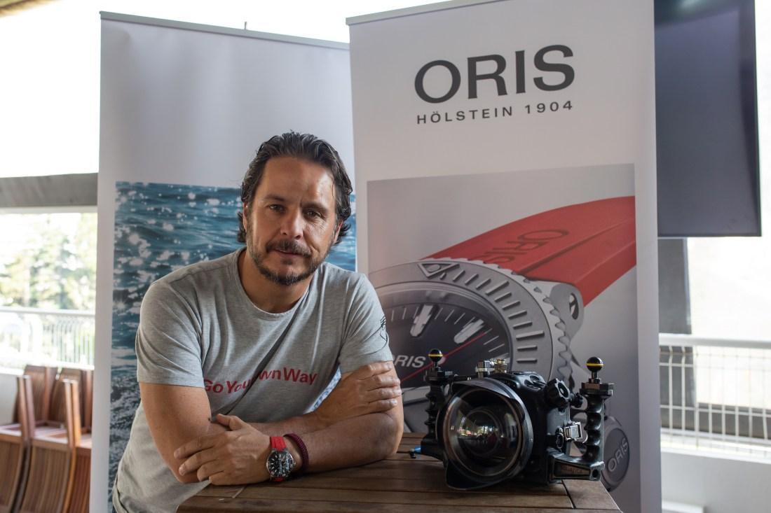 Gerardo del Villar junto a su cámara recargado en una mesa