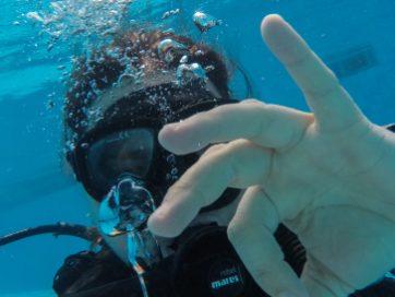 Gerardo nadando con el reloj Oris puesto