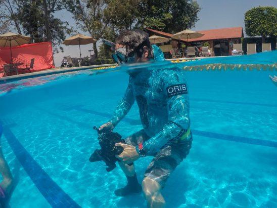 Gerardo con su cámara dentro de una alberca