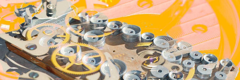 Herramientas en color plateado sobre una tabla de madera con fondo amarillo
