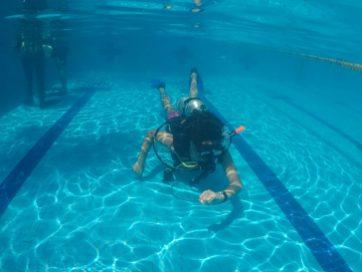 Hombre nadando en el fondo de una alberca