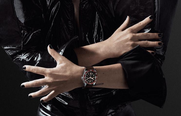 Lady Gaga mostrando sus manos con el reloj Tudor