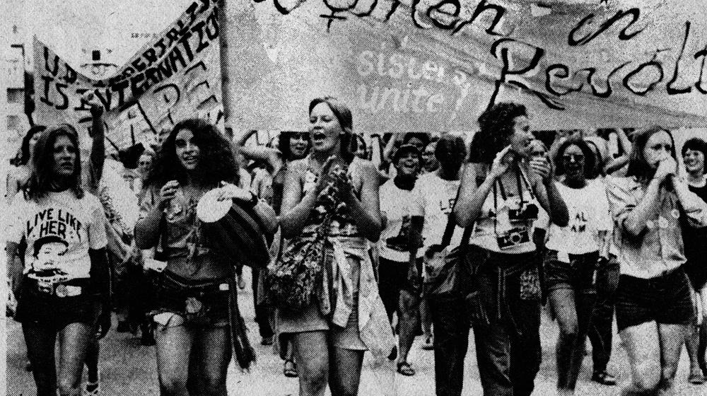 Mujeres con pancartas protestando igualdad