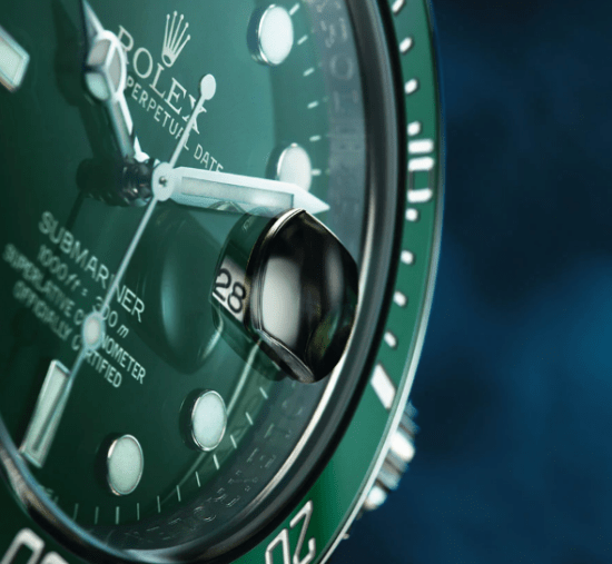 Reloj en color verde con detalles en color blanco visto de cerca