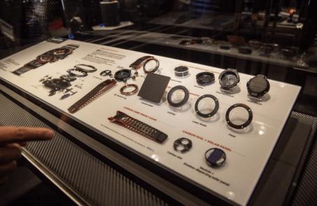 Diferentes piezas que conforman un reloj Casio