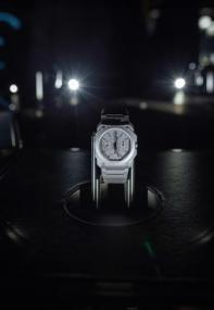 Reloj Bvlgari visto de frente en color plata con detalles en negro