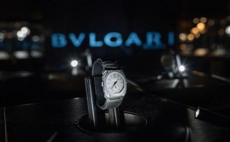 Reloj Bvlgari en color plata con detalles en negro dentro de una vitrina
