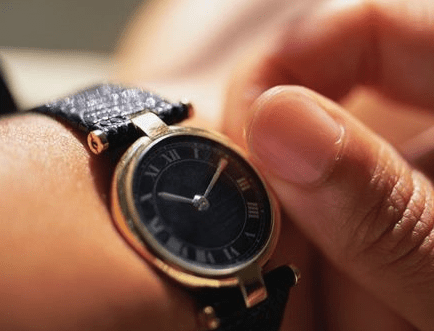 Reloj de cuerda en color negro con detalles en color dorado y plateado