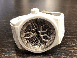Reloj con correas blancas y detalles en color blanco con plata