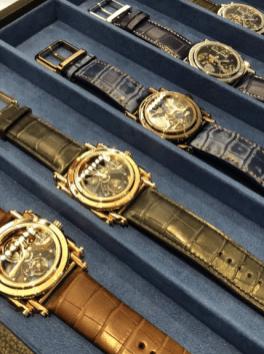 Relojes Androgyne con correas de diferentes colores y sus caratulas en color dorado y plateado