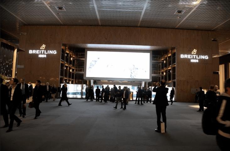 Personas caminando por el workshop de Breitling
