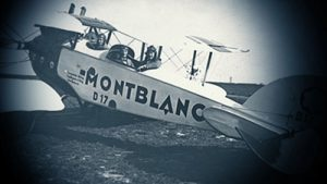 Imagen en escala de azules de una avioneta con la leyenda Montblanc D17 y dos hombres a bordo